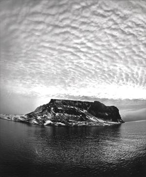"""Rubinio (Rubini) uola Hukerio saloje. Iš serijos """"Dingusių poliarinių ekspedicijų pėdsakais"""""""
