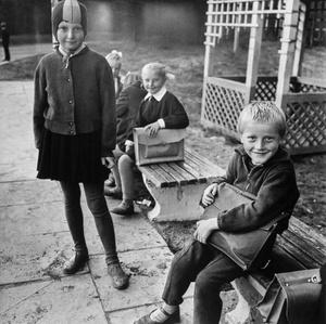 Kaimo vaikai laukia mokyklos autobuso