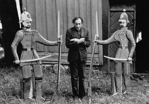 Mikutis su sargybiniais