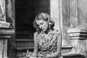 Scenografijos studentė Virginija Idzelytė-Dautartienė prie Šv. Jono bažnyčios