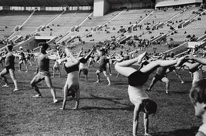"""Treniruotė stadione II. Iš serijos """"Tautų spartakiada"""""""